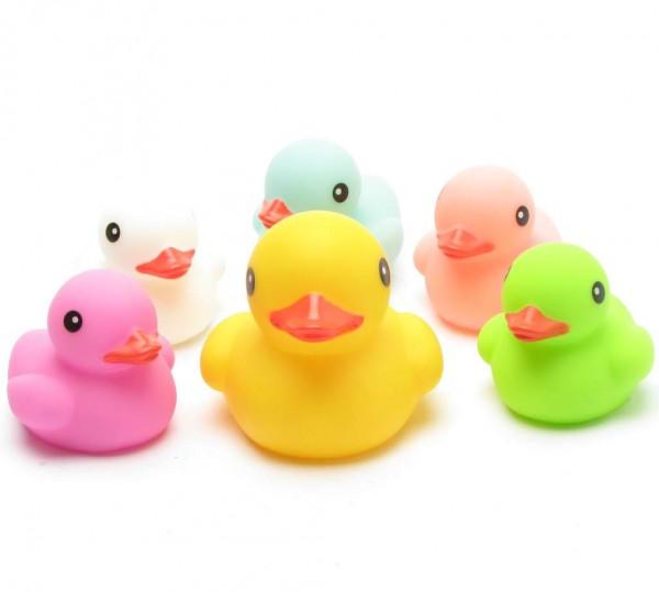 Badeenten Mutter mit 5 farbigen Küken
